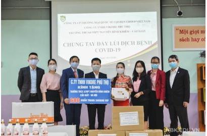 Câu lạc bộ Báo chí Phú Thọ tại Hà Nội trao tặng nhà trường khẩu trang và nước rửa tay khử khuẩn